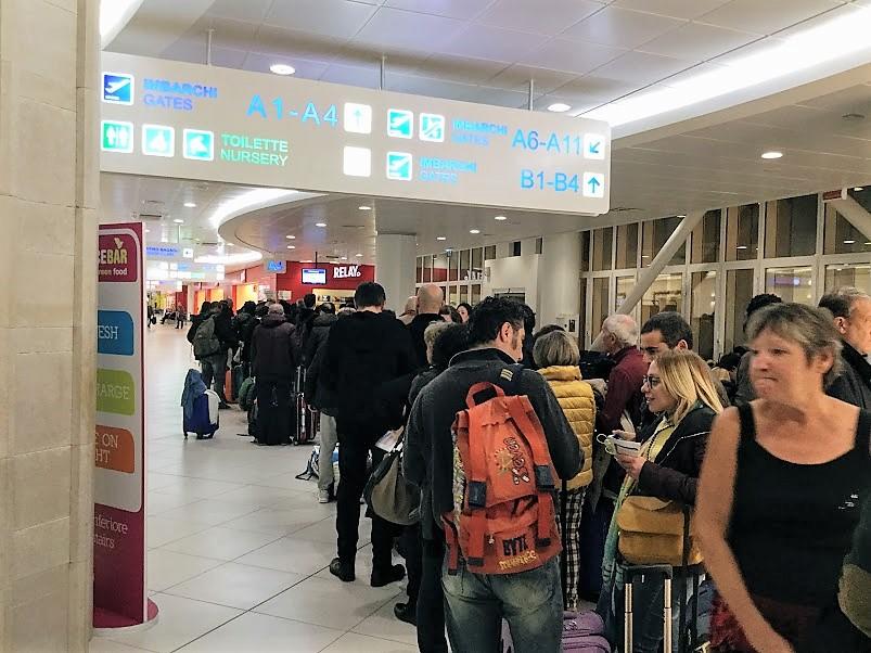 バーリ空港ライアンエアの列