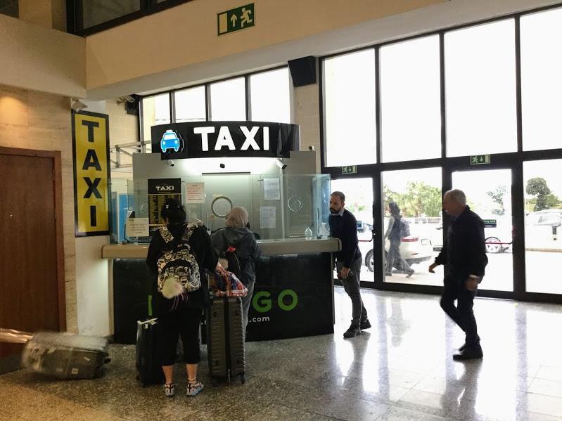 マルタ空港のタクシーチケット売り場
